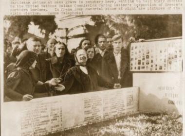 Συγγενείς θυμάτων του Εμφυλίου στο νεκροταφείο της Βέροιας